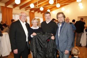 Freuen sich über Winterjacken aus Australien: Bürgermeister Günther Hildebrand, Marlis Braun, Uwe Watteroth und Reinhard Gatzsch (v.l.n.r.)