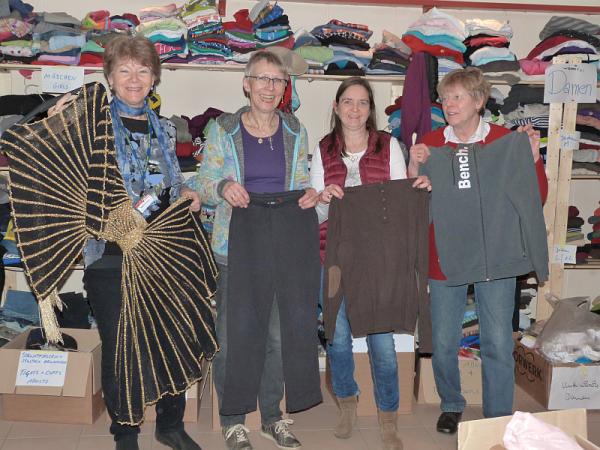 Vom festlichen Kleid bis zum Bench-Sweater ist alles dabei - Johanna Schumann, Elke Schnelle, Elke Stern und Jutta Oppermann (v.l.n.r.) vom Kleiderkammer-Team zeigen die Vielfalt der Spenden