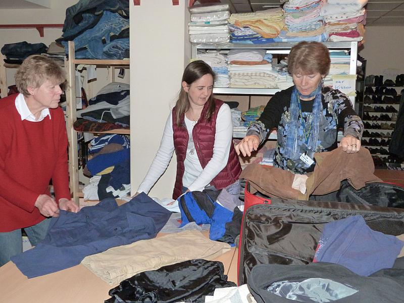 Jutta Oppermann, Elke Stern und Johanna Schumann (v.l.n.r.) vom Kleiderkammer-Team prüfen und sortieren eingegangene Spenden