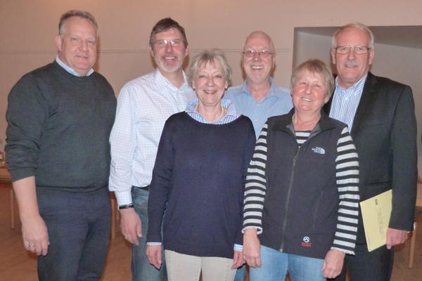 Sie präsentierten ihre Initiative ELLERBEK HILFT den Bürgern: Johannes Dahmlos, Uwe Watteroth, Marlis Braun, Jörg Schnelle und Ingrid Meyer-Haupthoff (v.l.n.r.), hier zusammen mit Bürgermeister Günther Hildebrand