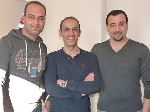 Mhd Osama Alrabbat (rechts) mit seinen Freunden Abdullah Moumen (Mitte) und Iyad Isper, der als freiwilliger Helfer beim Diakonieverein Migration in Pinneberg tätig ist