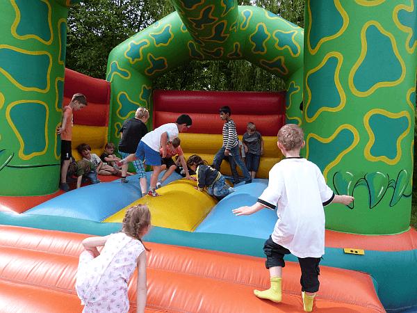 Ein Fest für Kinder ohne Hüpfburg? Fast undenkbar. Auch beim Frühlingsfest hatten die Kids Riesenspaß beim Toben in ihrer Burg.