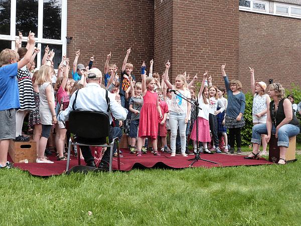 Auf öden Punkt: Die Musikis der Hermann-Löns-Schule unter der Leitung von Ruth Bednarski-Köller begeisterten nicht nur durch ihre Songs, sondern auch durch ihre Solistinnen und ihre Choreografie.