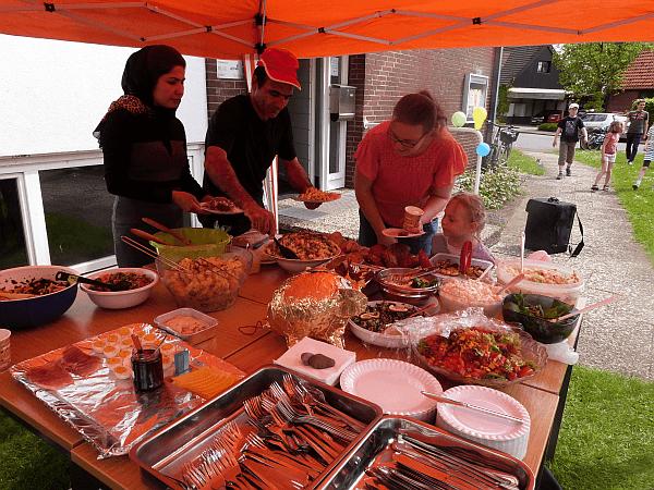 """Viele fleißige HelferInnen sorgten für die kulinarischen Freuden. Am schnellsten waren die """"exotischen"""" Köstlichkeiten vergriffen, die die Geflüchteten mitgebracht hatten. Sie waren aber auch SO lecker!"""