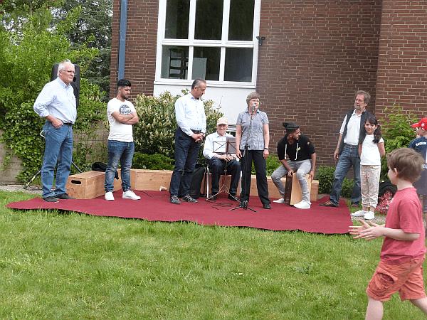 Pastorin Dr. Birgit Vocka freut sich über das bunte Treiben auf dem Gelände der Dietrich-Bonhoeffer-Gemeinde und begrüßt die Gäste.
