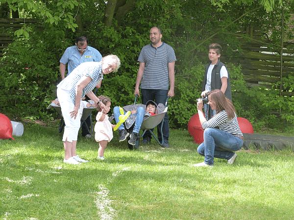 Fürs Schubkarren-Rennen reicht's noch nicht ganz. An der Hand von Koordinatorin Marlis Braun posiert die kleine Schönheit mit ihrem Luftballon-Tier für die Presse.