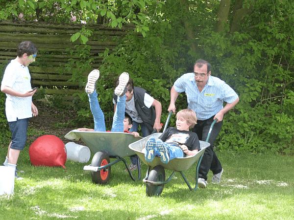 Das Schubkarren-Rennen war eine der Hauptattraktionen beim Frühlingsfest von ELLERBEK HILFT. Dabei ging's mit so viel Eifer zur Sache, dass die Schubkarren mächtig Blessuren erlitten.