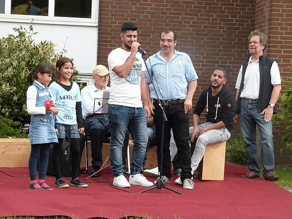 Eine ambitionierte, spontan zusammen gestellte syrische Band eröffnete zur Freude von Koordinator Reinhard Gatzsch (r.) das musikalische Programm.