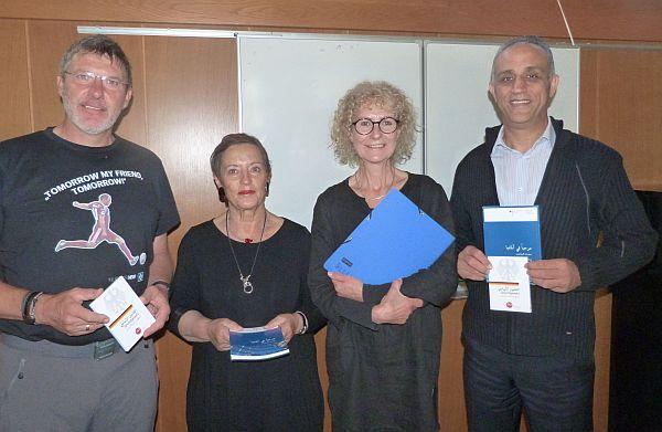 V.l.n.r.: Die ELLERBEK-HILFT-Mitarbeiter Uwe Watteroth, (Sprecher), Heike Rix (Deutschunterricht) und Angelika Oplesch (Kommunikation) mit ihrem Special Guest Khaled Bouamoud