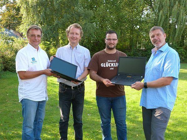 Der Lions Club übergibt ELLERBEK HILFT 8 Laptops. V.l.n.r.: Thomas Müller (aktueller Präsident Lions Club Ellerbek Rellingen), Thomas Rudolph (Lions-Club-Mitglied), Mahmoud Ziena (aus Syrien Geflüchteter), Uwe Watteroth (Sprecher ELLERBEK HILFT)