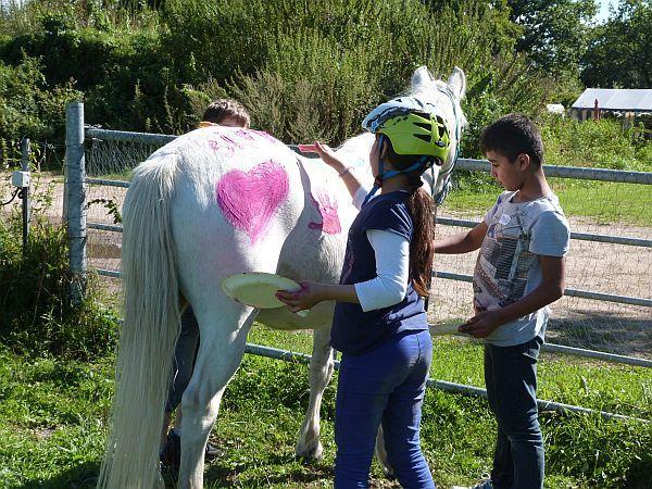 Zu weißem Fell und Zöpfen passen natürlich pinkfarbene Herzen und Hände nahezu perfekt. Dieses Outfit könnte glatt zum Trend werden.