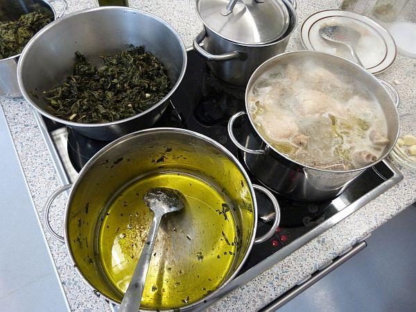 Beim rätselhaften Grün oben links handelt es sich um Molokhia Blätter, eine Art Spinat, der in der arabischen Küche häufig verwendet wird.