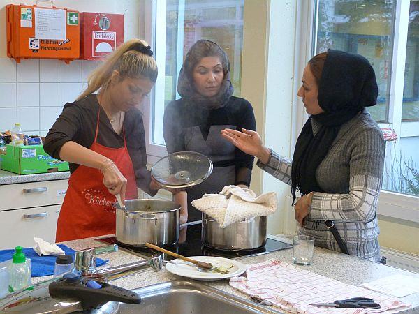 Team Afghanistan diskutiert die Kochstrategie.