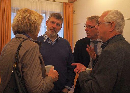 Jörg Schnelle, Bernd Haupthoff und Uwe Watteroth von ELLERBEK HILFT nutzten die Gelegenheit zum Informationsaustausch mit Heidi Mohr vom Amt Pinnau (v.r.n.l.)