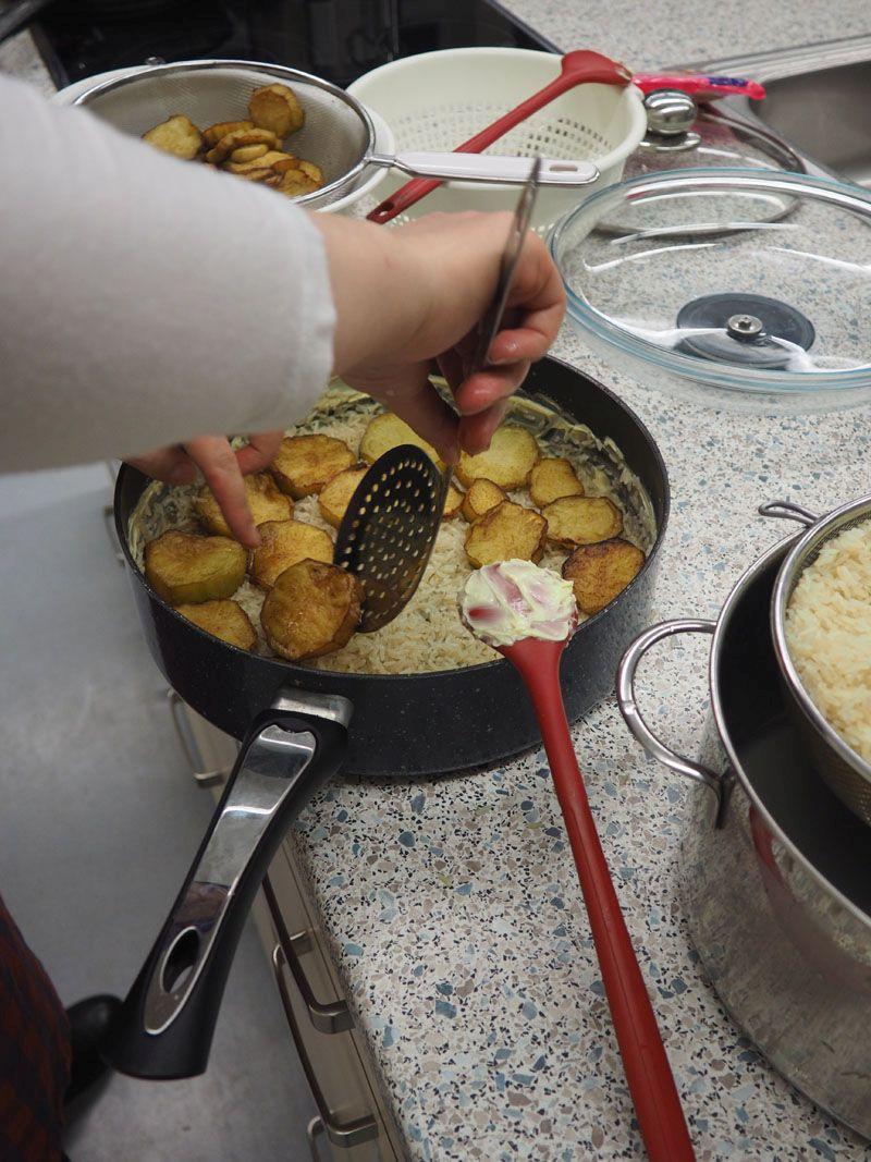 Maqluba bedeutet: auf den Kopf gestellt. Und genau das passiert auch nach dem Kochen. Das Reisgericht kommt ursprünglich aus Palästina, es ist aber auch in Syrien sehr populär.