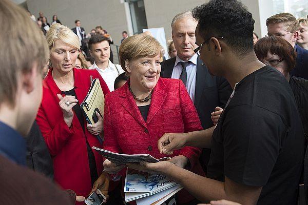 Angela Merkel war stets umringt von Gästen, die mit ihr diskutieren oder Selfies machen wollten Foto: Bundesregierung/Guido Bergmann