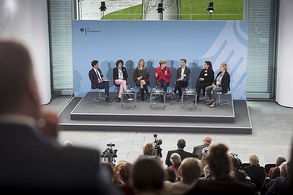Auf dem Podium entwickelte sich eine angeregte, offene Diskussion Foto: Bundesregierung/Guido Bergmann