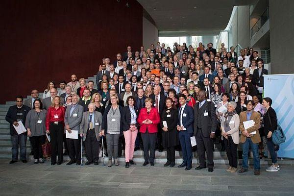 """Abschlussfoto vom """"Flüchtlingshilfs-Gipfel"""" - die Bundeskanzlerin und ihr Team inmitten ihrer 140 Gäste Foto: Bundesregierung/Guido Bergmann"""
