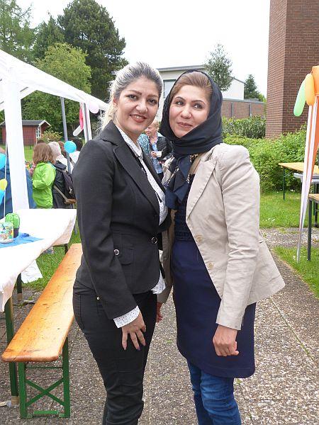 Internationale Beziehungen in Ellerbek: Elham aus dem Iran und Atiga aus Afghanistan posieren für die Kamera