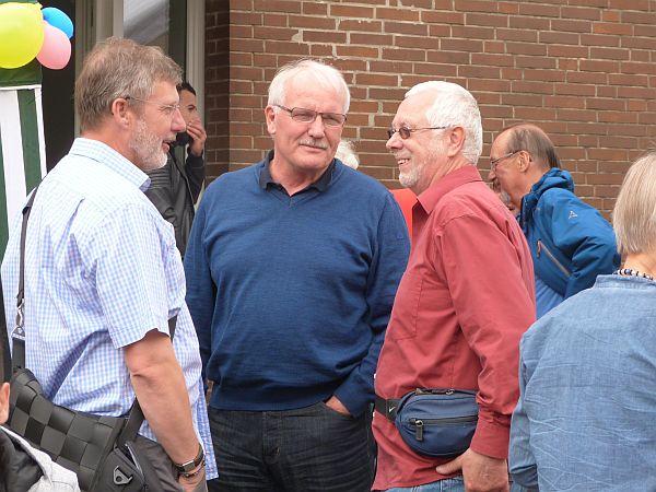 Günther Hildebrand (Mitte) im Gespräch mit den ELLERBEK-HILFT-Sprechern Uwe Watteroth (links) und Jörg Schnelle