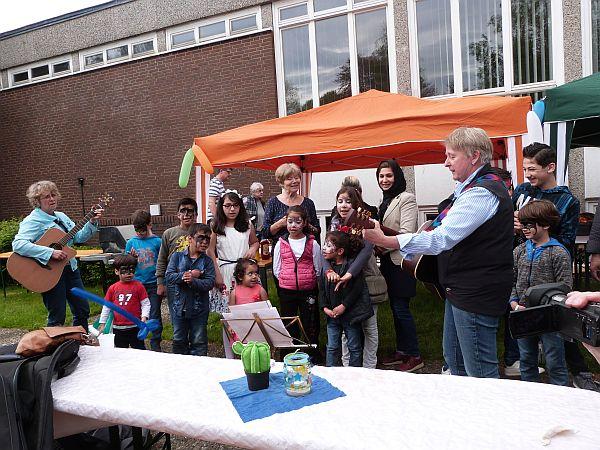 """""""Ich lieb' den Frühling, ..."""" Ingrid Mayer-Haupthoff und ihre Kindersinggruppe bekamen sogar einen Kanon mit den Gästen hin."""