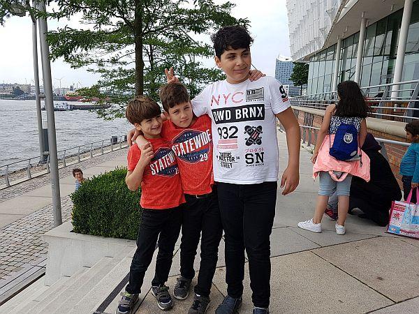 Wer von den drei Jungs sind Brüder?
